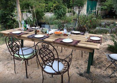Espace exterieur, au jardin, avec grande table, four a pain/pizza, barbecue, plancha et potager au Mas des 3 cyprès à Saint Rémy de Provence