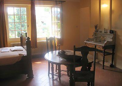 La chambre du piano Grande chambre avec un ancien piano qui nous reçoit, table à manger, salle de bain et wc, bureau-écritoire.  Grandes fenêtres avec vue sur le jardin et les Alpilles.   Elle peut recevoir 2, 3 ou 4 personnes (lit bebe sans supplement, sur demande) avec un accés wifi gratuit.