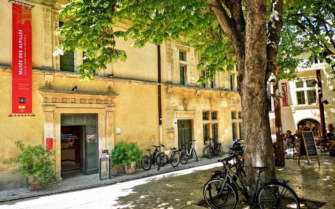Un lieu exceptionnel au centre de Saint Rémy de Provence pour une promenade dans un bâtiment classé Monument historique qui met en valeur une collection riche et variée sur les thèmes de l'ethnologie et des arts graphiques pour découvrir l'exceptionnel territoire des Alpilles.