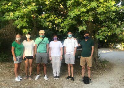 Accompagnés de Laure Mollard, tous se préparent pour la petite randonnée qui leur conduira à un panorama à 360º qui a été peint par Van Gogh lors de son séjour à Saint-Paul de Mausole.