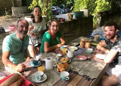Pour finir, que de mieux qu'un petit-déjeuner à la terrasse du Mas des 3 Cyprès?