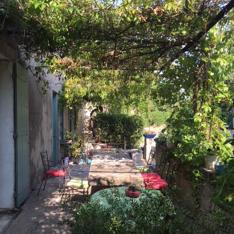 Depuis le Mas des 3 Cyprès vous pourrez visiter non seulement Saint-Rémy de Provence et les Alpilles (pas oublier le village des Baux) mais Arles et La Camargue, Avignon, Gordes, l'abbaye de Sénanques, Cassis et les Calanques, le Luberon (Rousillon, le Colorado Provençal de Rustrel… )… N'hésitez pas à nous contacter pour vous aider à préparer votre séjour au Mas.